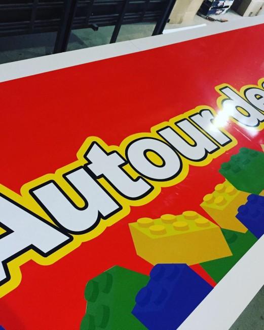 Lego Fabricant Panneau Aluminium Atelier Auvergne Comm'Unique Communication Publicité Création Fabrication Pose 23 Creuse 03 Allier 63 Puy de Dôme 87 Haute Vienne Clermont-Ferrand Vichy Montluçon Riom Chambon sur Voueize Limoges Pionsat Combrailles