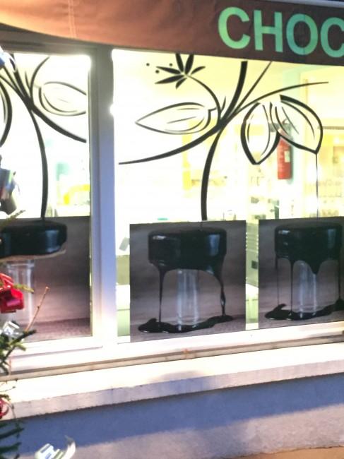 Fabricant vitrine vitrophanie Chocolaterie Atelier Auvergne Comm'Unique Communication Publicité Création Fabrication Pose 23 Creuse 03 Allier 63 Puy de Dôme 87 Haute Vienne Clermont-Ferrand Vichy Montluçon Riom Chambon sur Voueize Limoges Pionsat Combrailles
