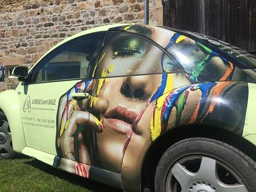 Fabricant covering voiture new beetle Atelier Auvergne Comm'Unique Communication Publicité Création Fabrication Pose 23 Creuse 03 Allier 63 Puy de Dôme 87 Haute Vienne Clermont-Ferrand Vichy Montluçon Riom Chambon sur Voueize Limoges Pionsat Combrailles