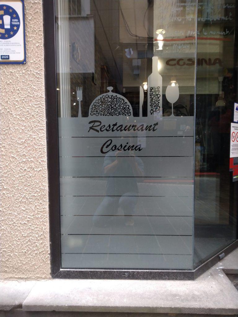 Vitrine vitophanie adhésif dépoli restaurant Thiers Le Cosina Auvergne Comm'unique Atelir communication 63 puy-de-Dôme