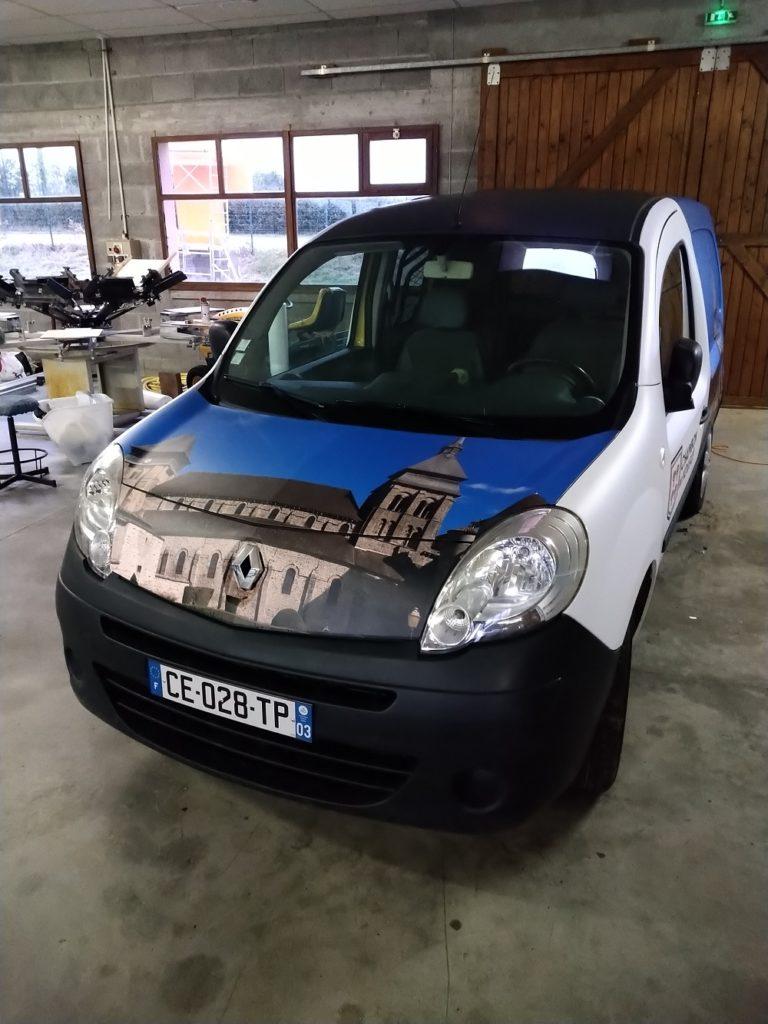 véhicule total covering mairie Chambon sur Voueize création graphique Atelier Comm'unique abbatiale Sainte valérie art Roman
