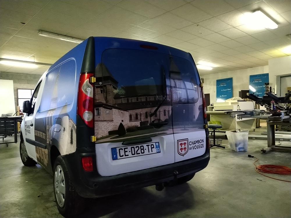 véhicule total covering mairie Chambon sur Voueize arrière micro perforé création logo impression pose publicité marquage adhésif Auvergne comm'unique publicité marquage véhicule