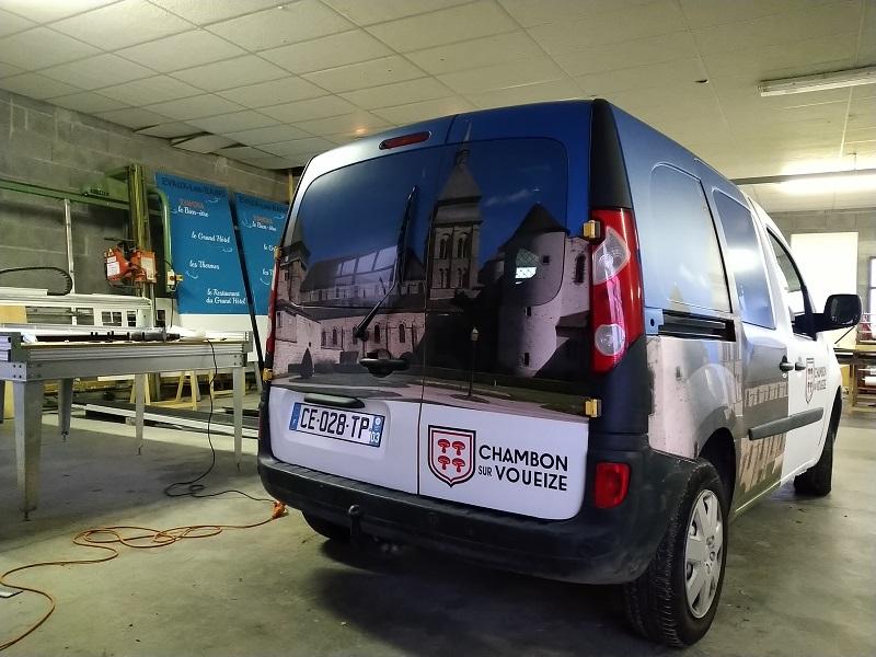 véhicule total covering mairie Chambon sur Voueize arrière micro perforé création logo impression pose publicité marquage adhésif