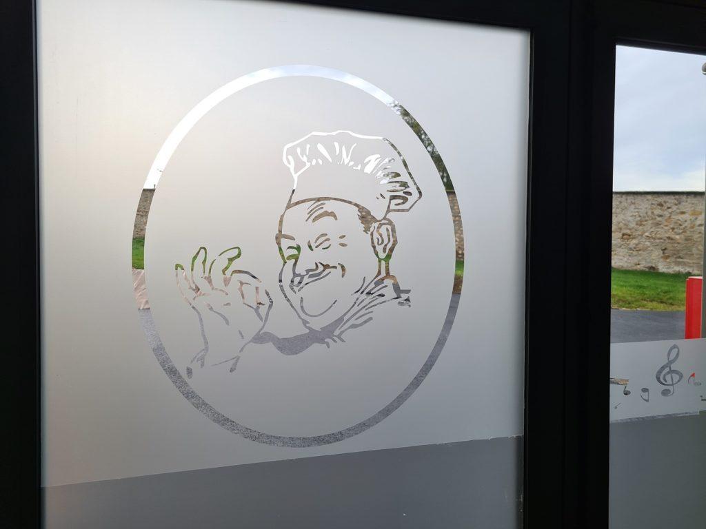 vitrine vitrophanie adhésif dépoli publicité magasin fabrication création découpe pose Atelier Comm'unique Chambon sur Voueize